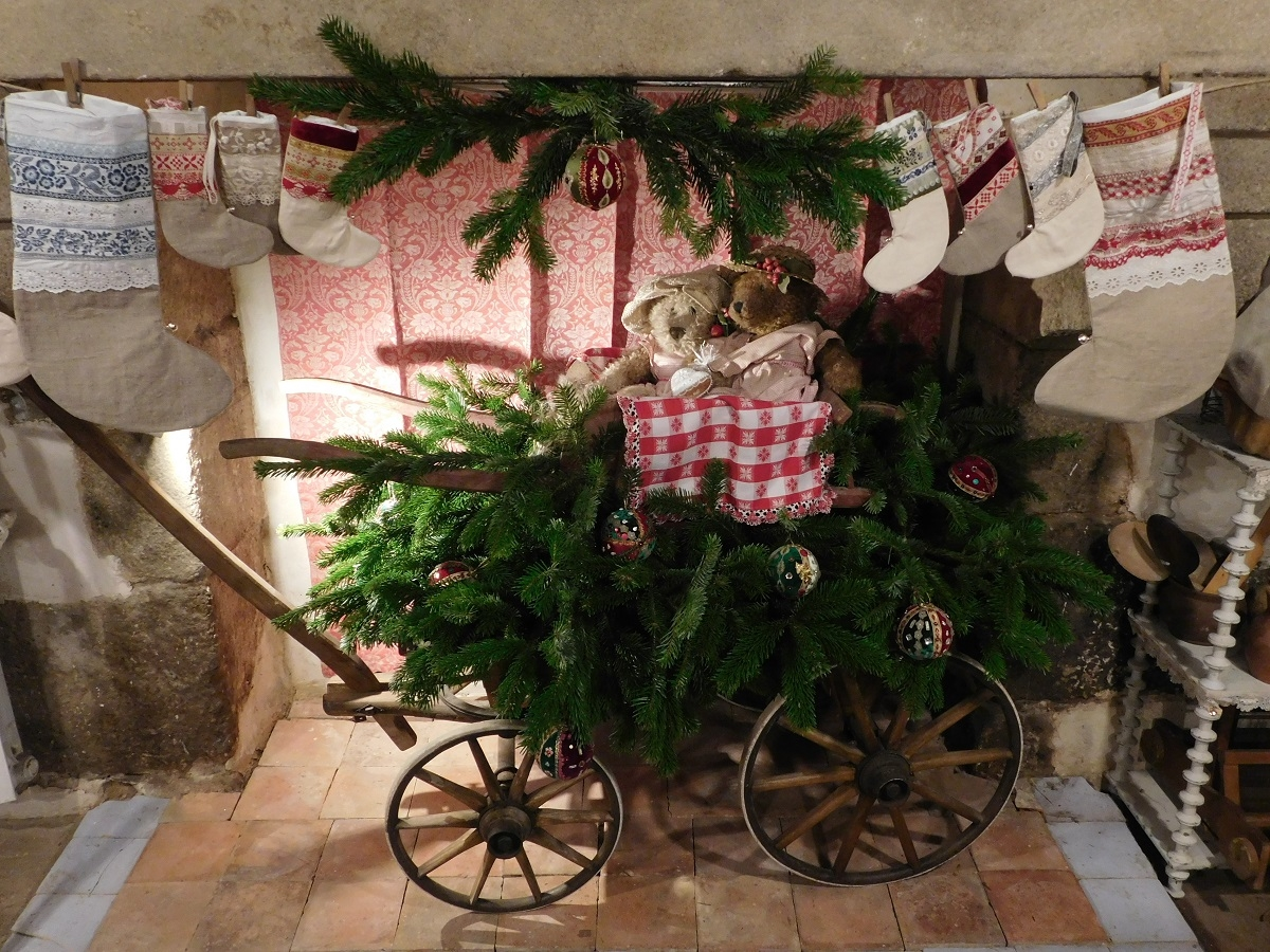 Traditionnal red and green Christmas at Maison Bleu Lin : the boutique mascottes in an old kart laid with natural fir tree branches and homemade Christmas baubles